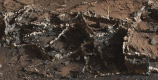 Curiosity Rover Finds Two Tone Mineral Veins On Mars' Surface